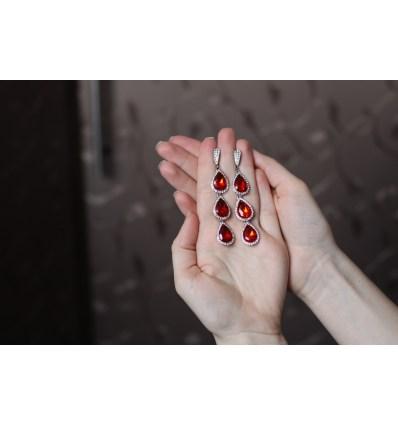 Длинные серьги с красными камнями