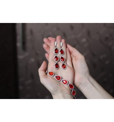 Набор украшений с красными камнями